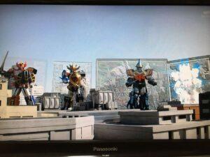 敵側なのは戦隊だけでなく、ロボットも箱から登場